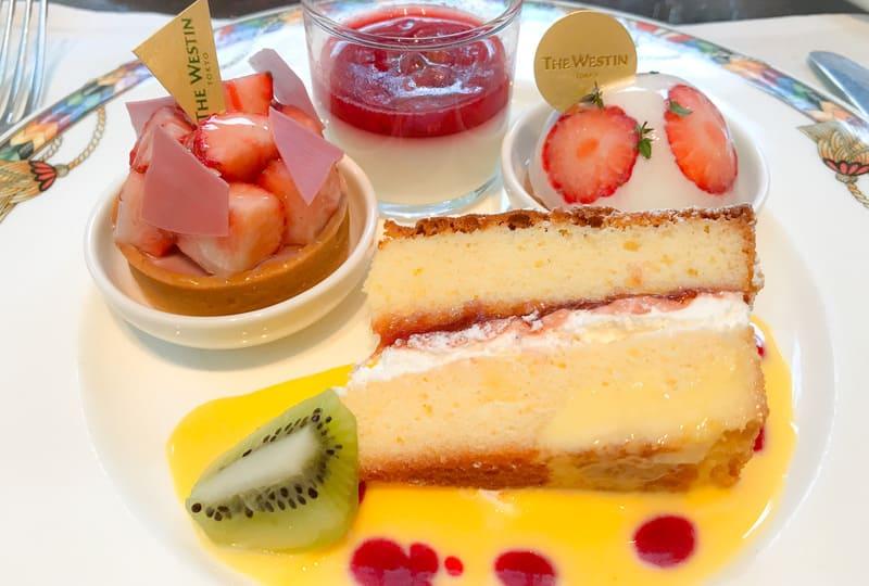 苺とルビーチョコレートのタルト、ライム風味のブランマンジェ赤いベリーのソース、赤いチーズのドーム、ビクトリアケーキ