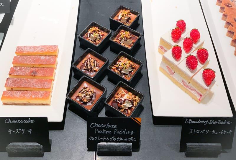 チーズケーキ、チョコレートとプラリネのプリン*、ストロベリーショートケーキ