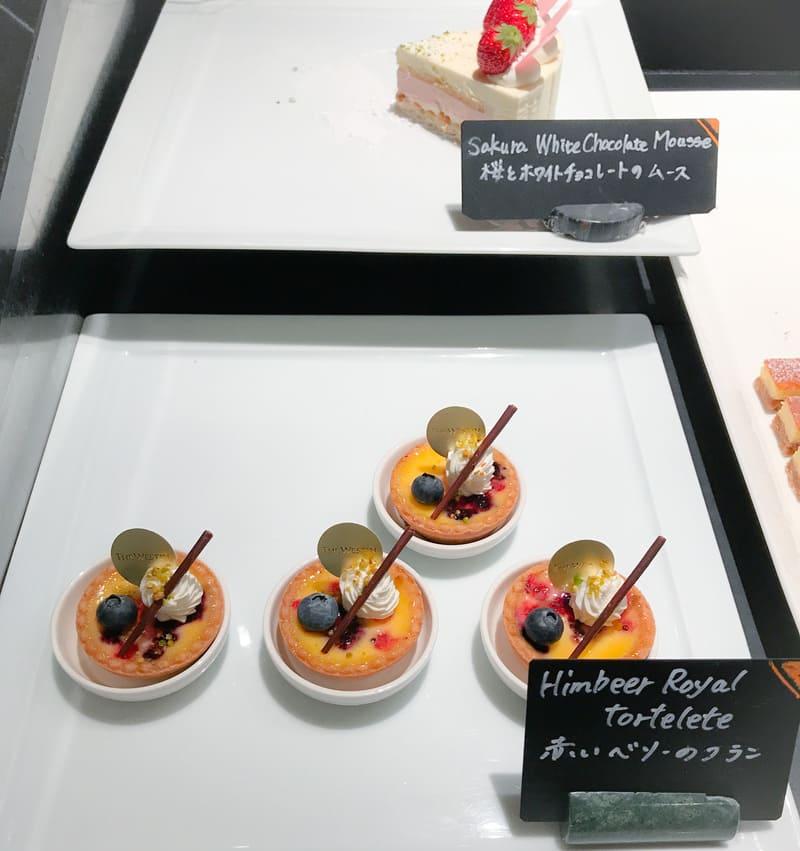 桜とホワイトチョコレートのムース*、赤いベリーのフラン*