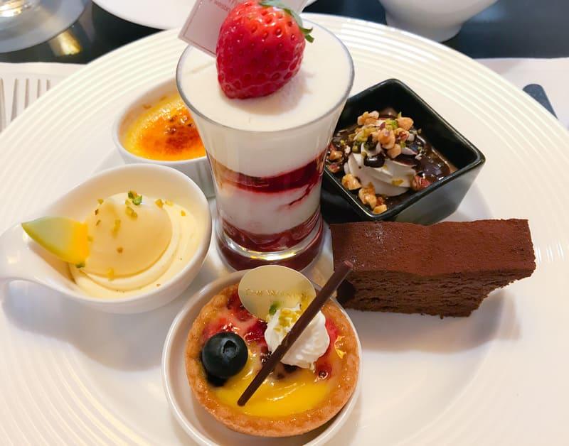 桜のクレームブリュレ、レモンクリームとバニラのババロア、グラスショートケーキ、チョコレートとプラリネのプリン*、チョコレートケーキ、赤いベリーのフラン*