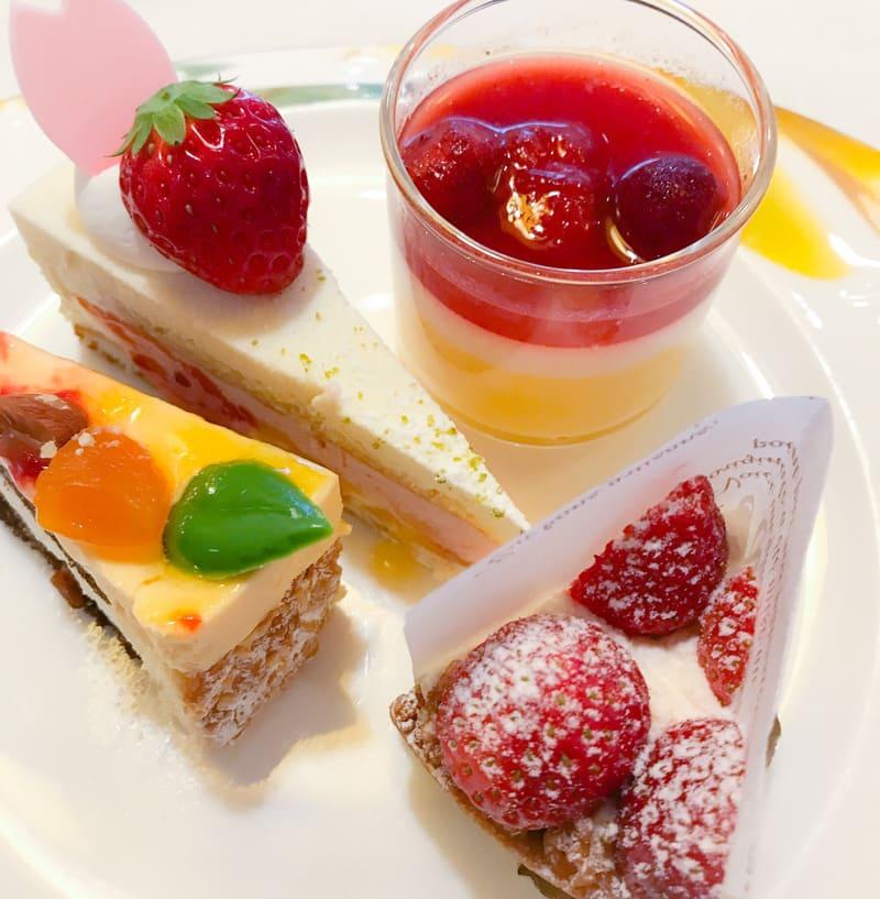 桜とホワイトチョコレートのムース、マンゴープリンと苺のマリネ、アプリコットとアーモンドのムース、タルトフレーズ*