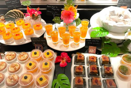 マカダミアナッツとコーヒーチョコレートのケーキ、リンツァーシュニッテン、パッションフルーツとマンゴーのゼリー、苺とパッションフルーツのムース*、ココナッツクリームとエキゾチックフルーツ