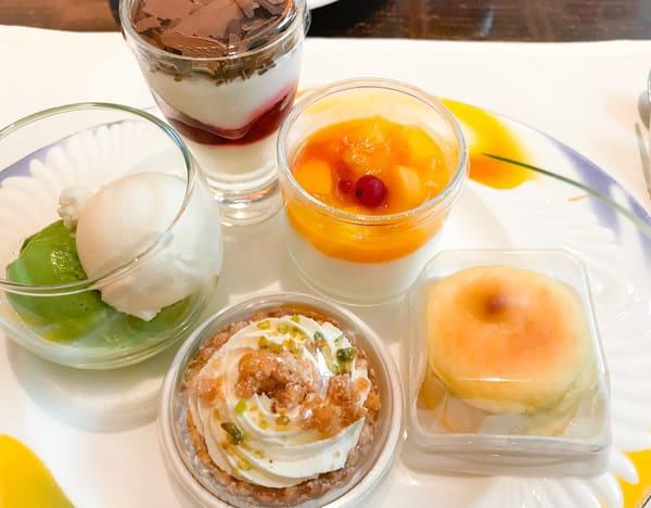 チェリーのトライフル、ココナッツクリームとエキゾチックフルーツ、スフレチーズケーキ、ダブルチーズタルト、抹茶アイス&シャンパンフロマージュ