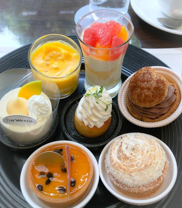 ウェスティンホテル東京2020年8月デザートブッフェ メニュー「マンゴーとグレープフルーツのココナッツクリーム、シトラスフルーツのトライフル、ホワイトチョコレートとレモンのムース*、レモンとタイムのケーキ、【アトリエ】プラリネショコラのシュークリーム、パッションフルーツとルビーチョコレートのタルト、レモンのタルト」