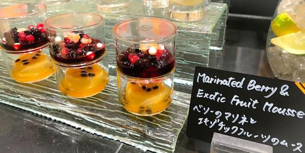 ベリーのマリネとエキゾチックフルーツのムース*