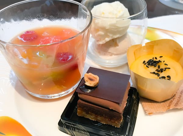 フルーツサラダ、【アトリエ】マスカルポーネアイスクリーム&マロンミルクシャーベット、【アトリエ】チョコレートとクルミのダックワーズ