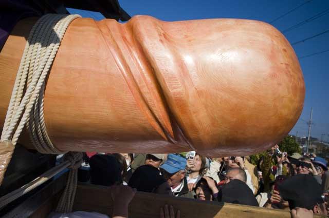 愛知県犬山市田県たがた神社の豊年祭の巨大な男根のご神体
