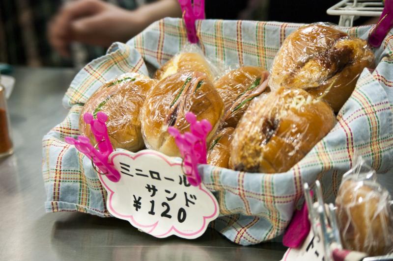 中京競馬場グルメすみれの目玉商品ミニロールサンド
