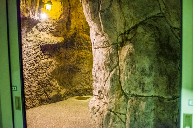 洞窟 入口 豊橋総合動植物公園