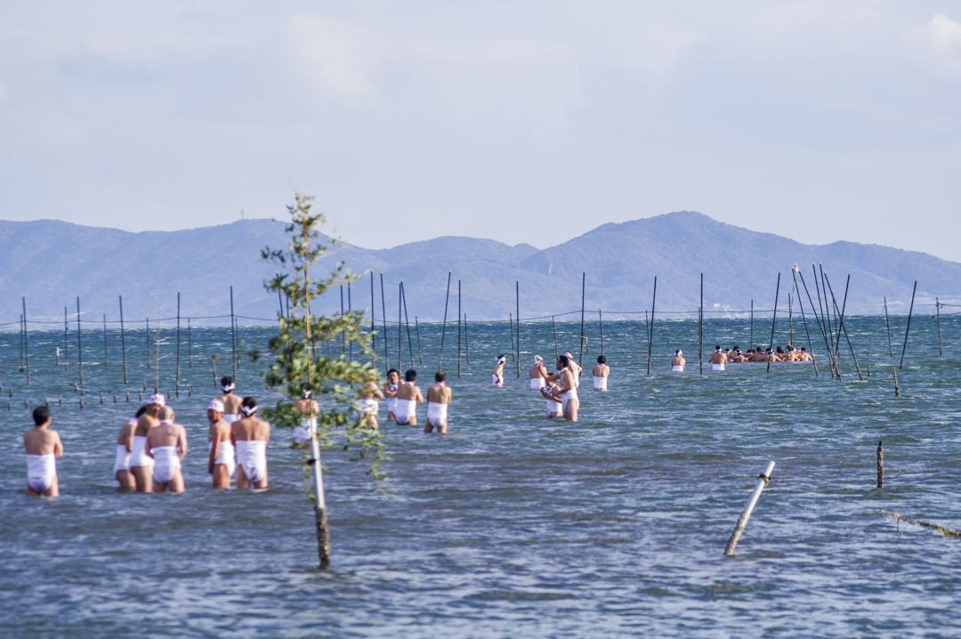 愛知県西尾市天下の奇祭鳥羽の火祭り身を清めるため冷たい海に入水