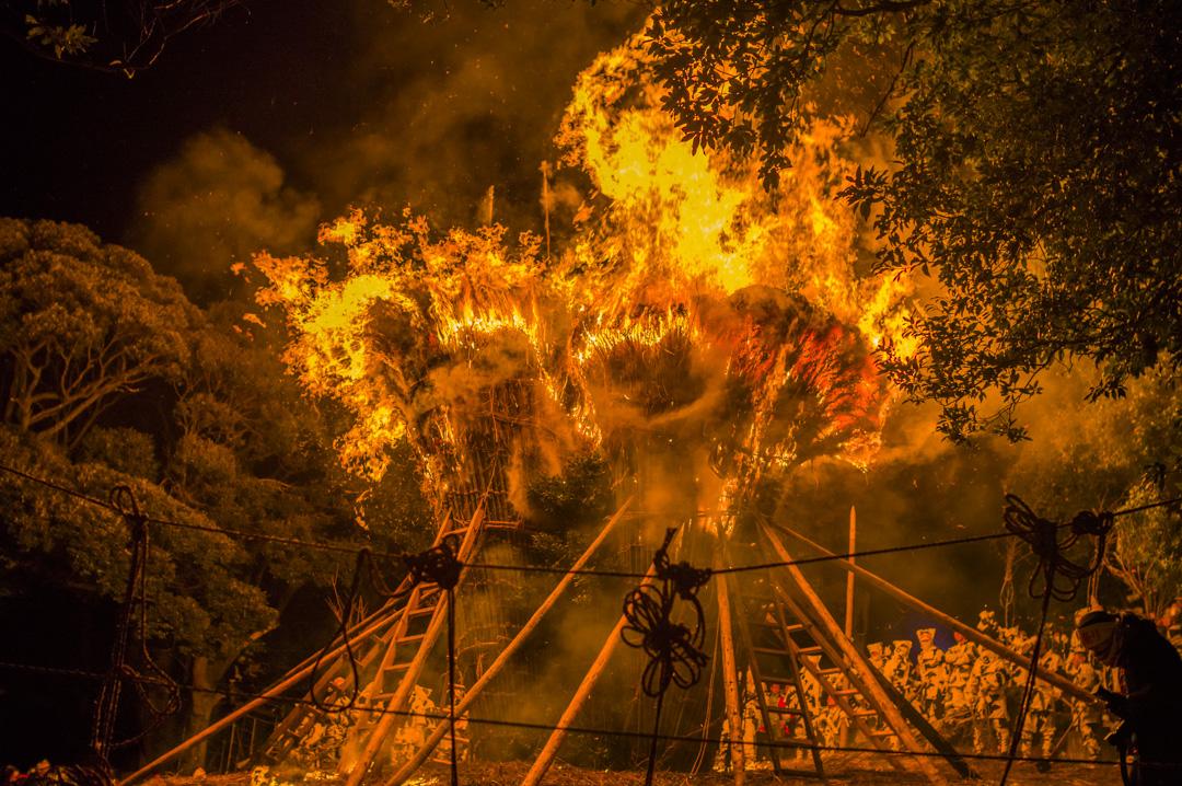 愛知県西尾市天下の奇祭鳥羽の火祭りの燃え盛るすずみが超危険
