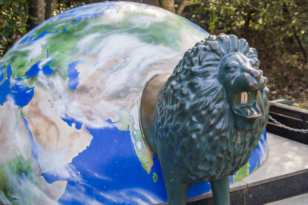 天王寺動物園の特徴的な地球型募金箱