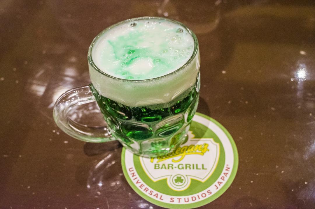 USJレストランのフィネガンズ・バー&グリルのグリーンビール