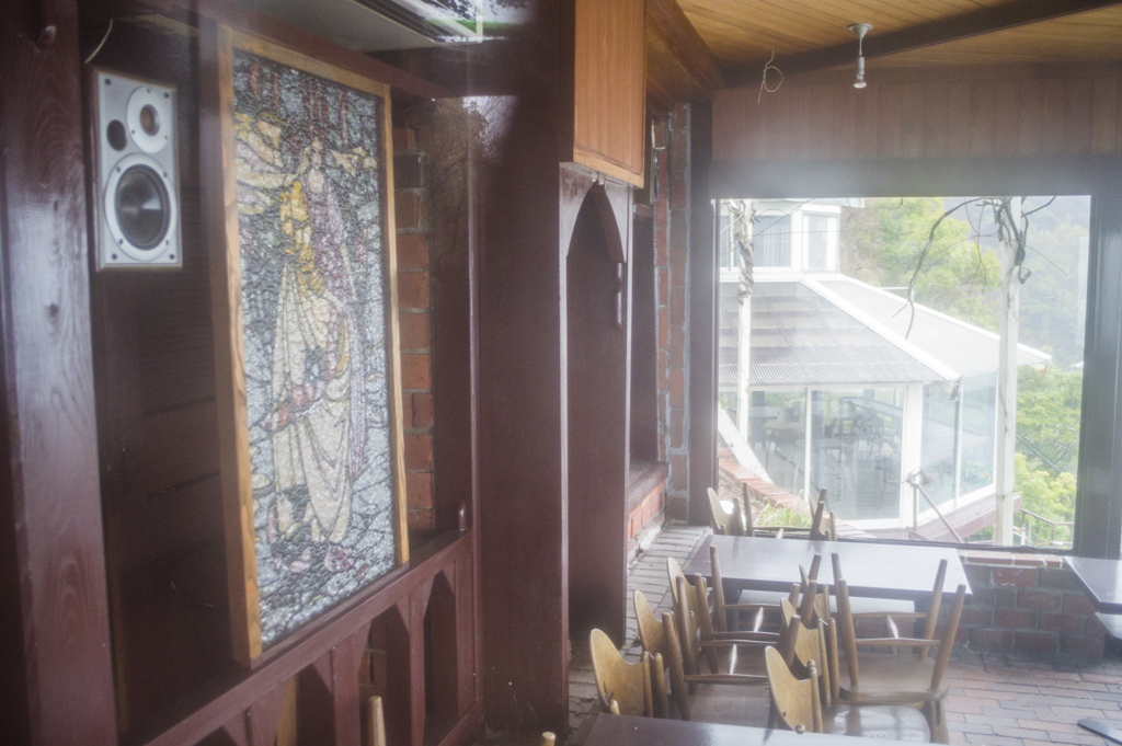 ステンドグラスなど内装のステキさがうかがえる廃墟