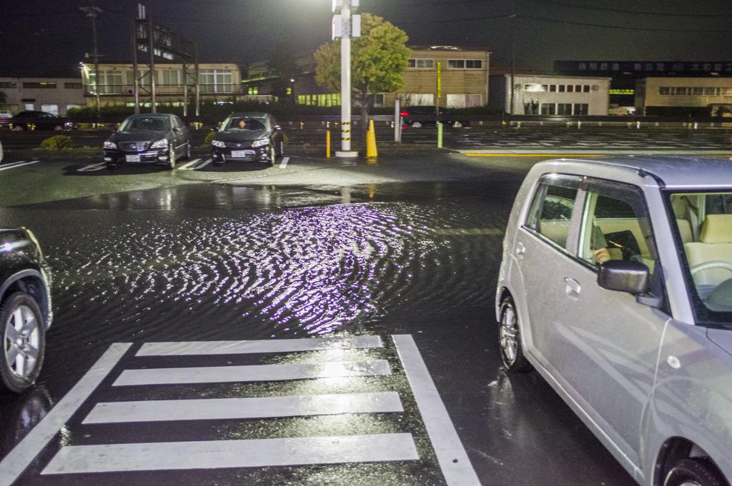 コンビニエンスストアが豪雨で洪水状態