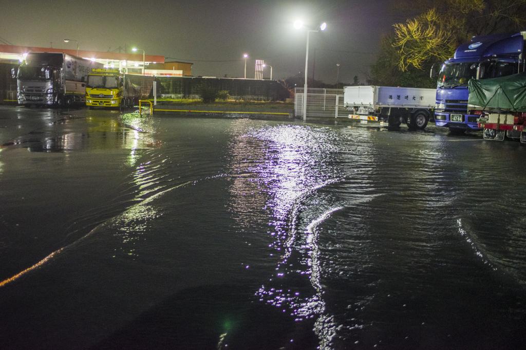 豪雨で洪水状態のコンビニエンスストア