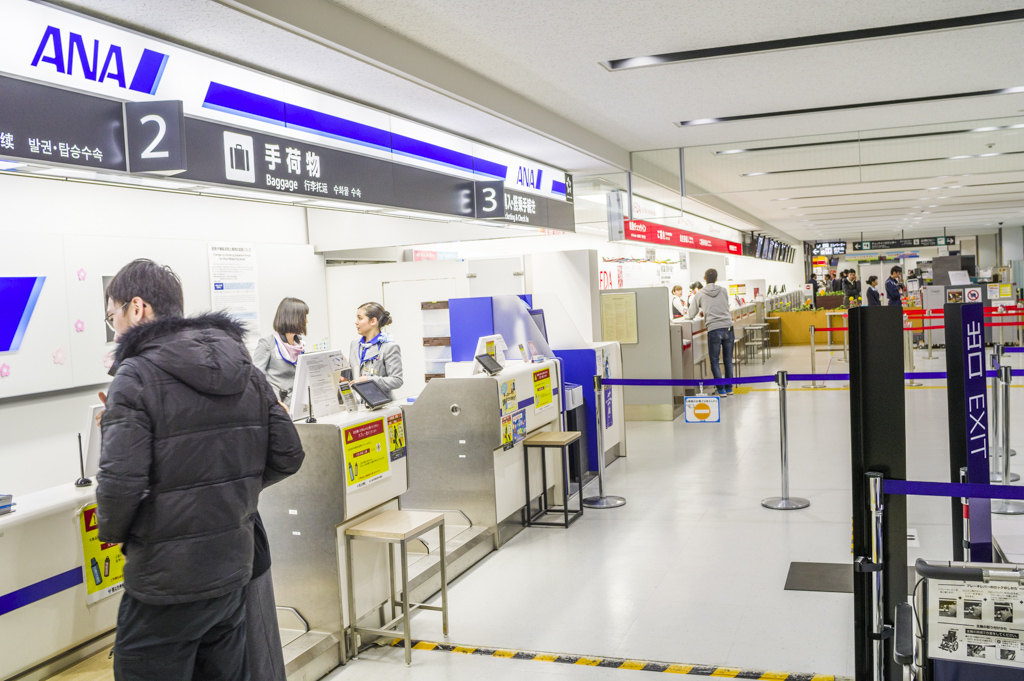 富士山静岡空港のチェックインカウンター受付