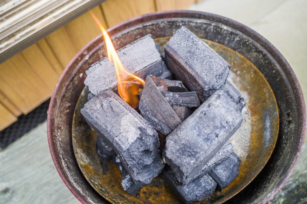 オガ炭の火起こし実験中
