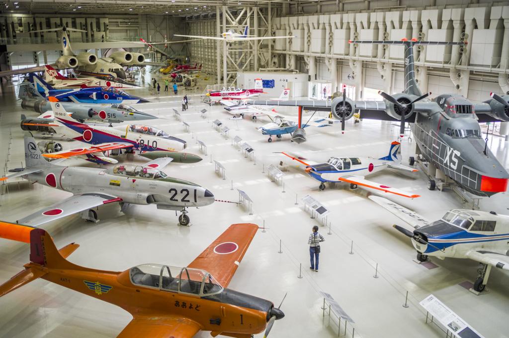 岐阜かかみがはら航空宇宙博物の格納庫での航空機展示