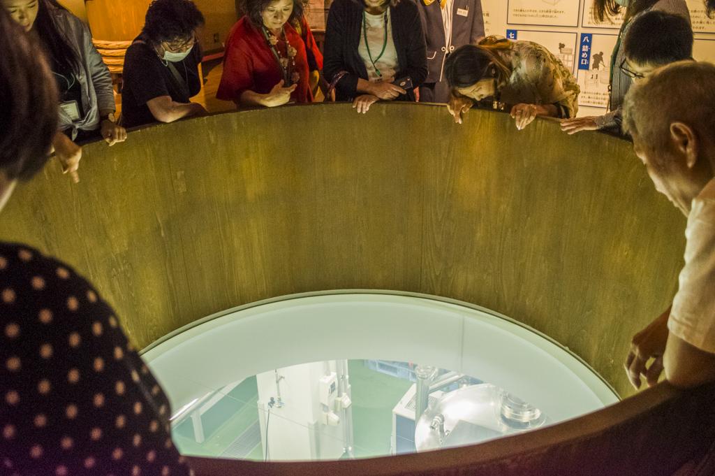 ミツカンミュージアムの酢工場の見学風景