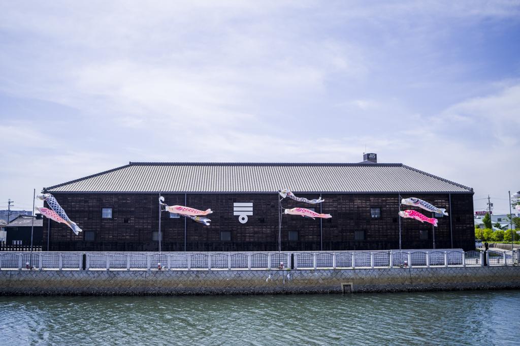 半田運河の鯉のぼり期間中のミツカンミュージアム外観
