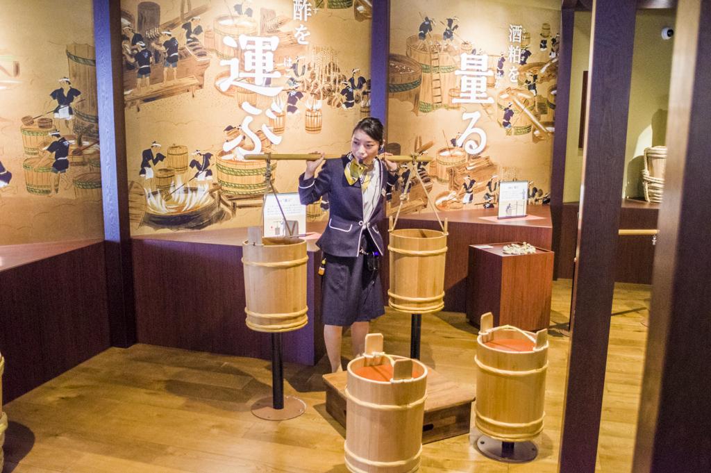 ミツカンミュージアムの天秤棒の説明風景