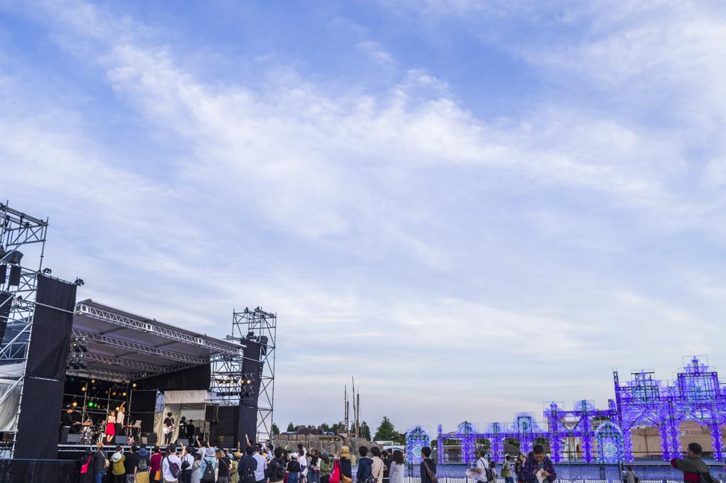 森、道、市場2018でのfhánaライブ風景