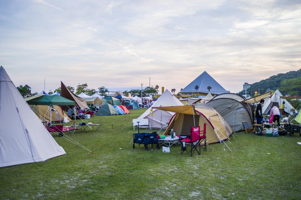 森、道、市場2018夕暮れのキャンプサイト風景