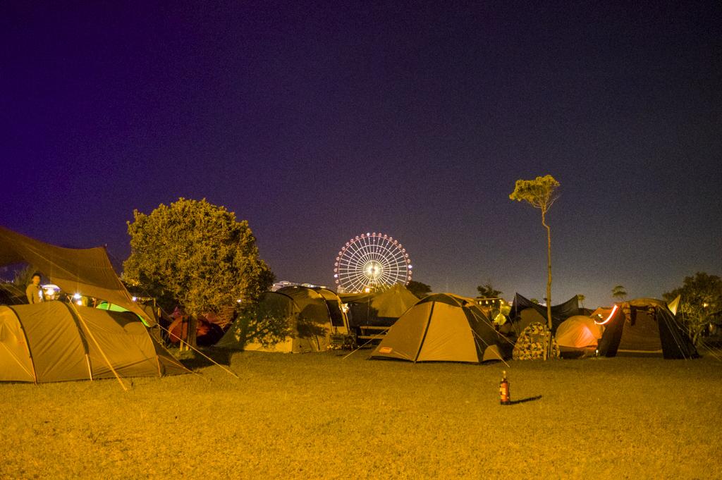 森、道、市場2018夜のキャンプサイト風景