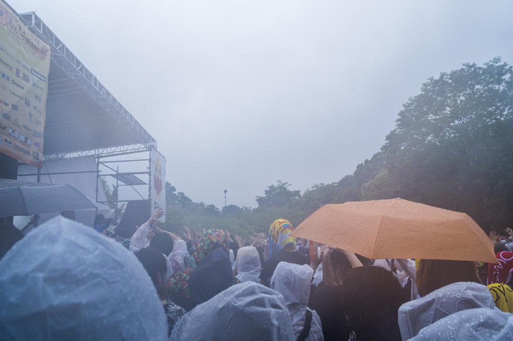 大雨土砂降りの野外ロックフェスティバルフリーダム名古屋2018のステージ前