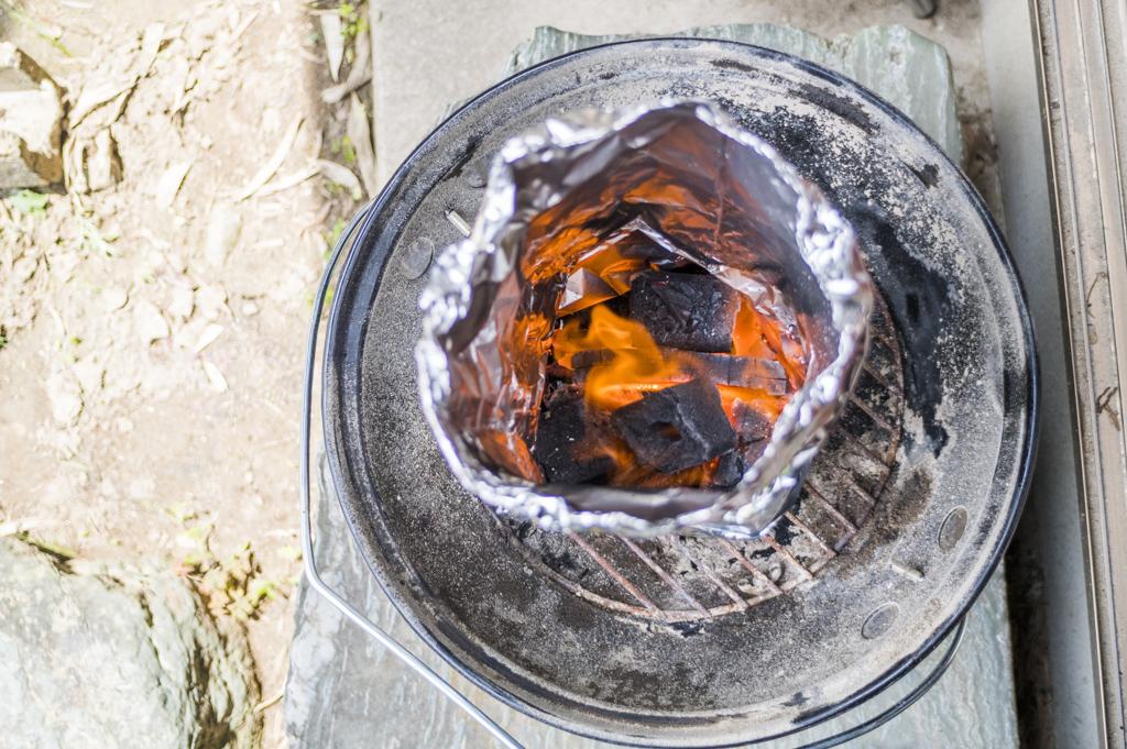 アルミホイルは超簡単に火起こし器の代わりになる