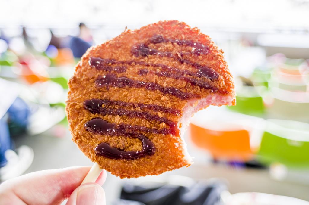 中京競馬場グルメモナモナのソーセージカツの食べかけ