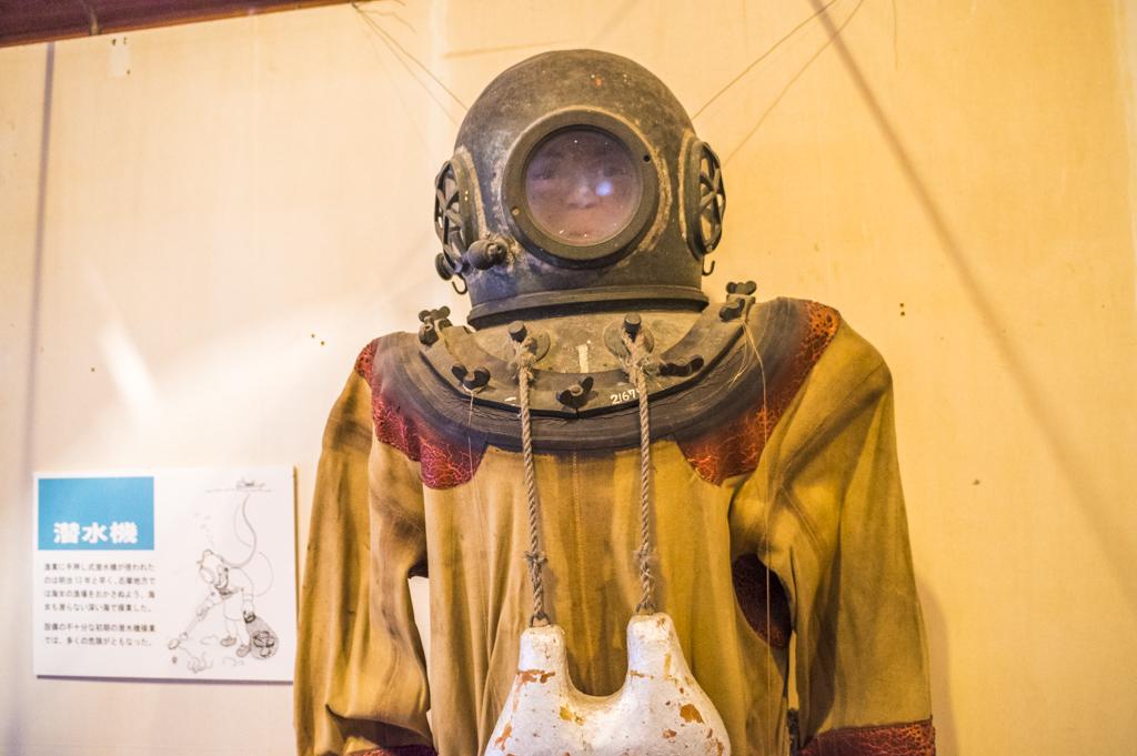 海の博物館の不気味な潜水服