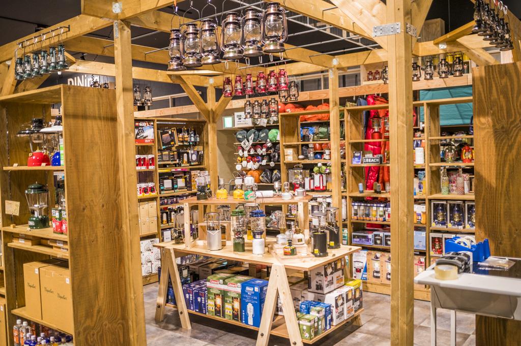 日本最大級のアウトドアショップアルペンアウトドアーズ春日井店のランタンコーナーは研究所みたい