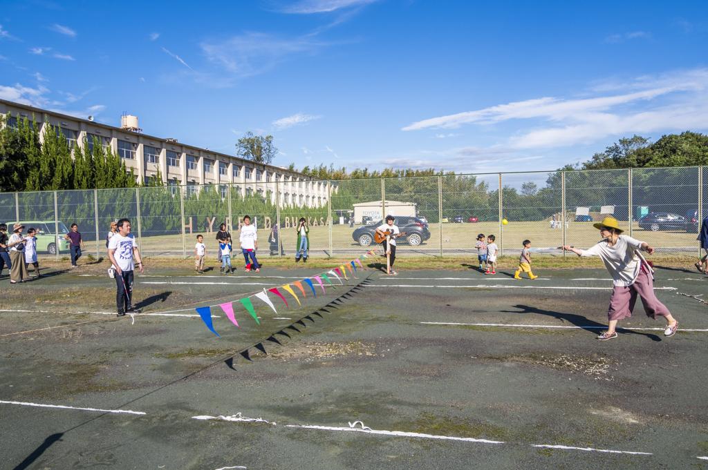 愛知県豊田市の廃校でテニスコーツがテニスコートでプレイ