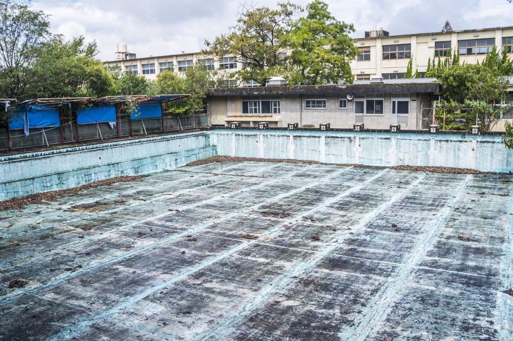廃校になった愛知県豊田東高等学校のプール