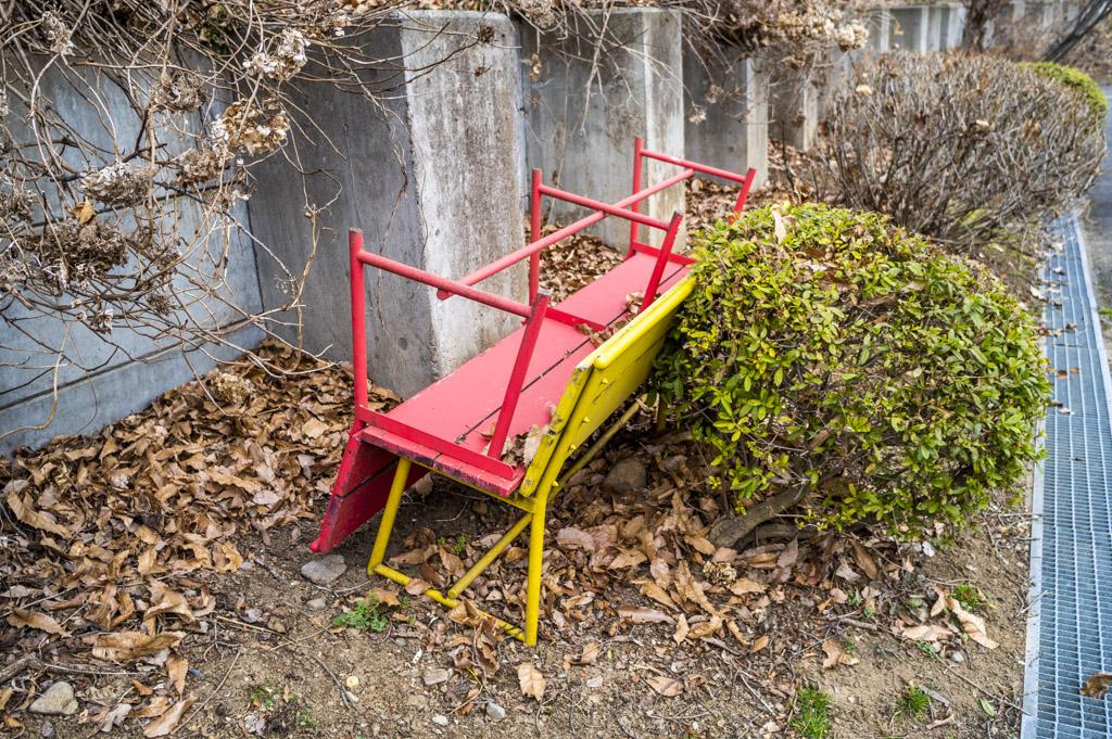 赤と黄色のベンチが互い違いに重ねられている