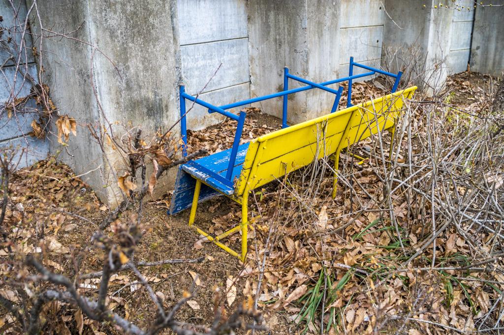 青と黄色のベンチもある