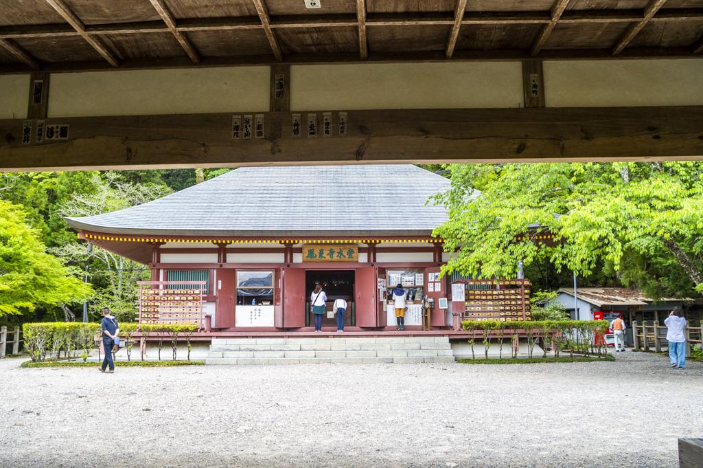 鳳来寺山田楽堂からの本堂