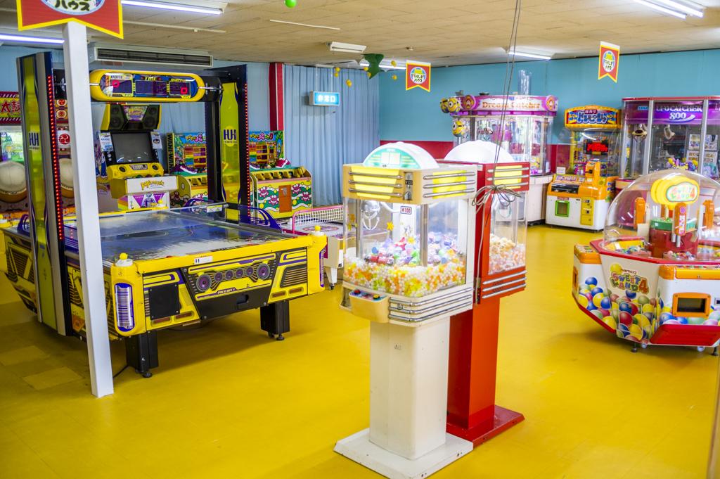 ちょっとレトロなゲームセンターの遊具が並んでいる