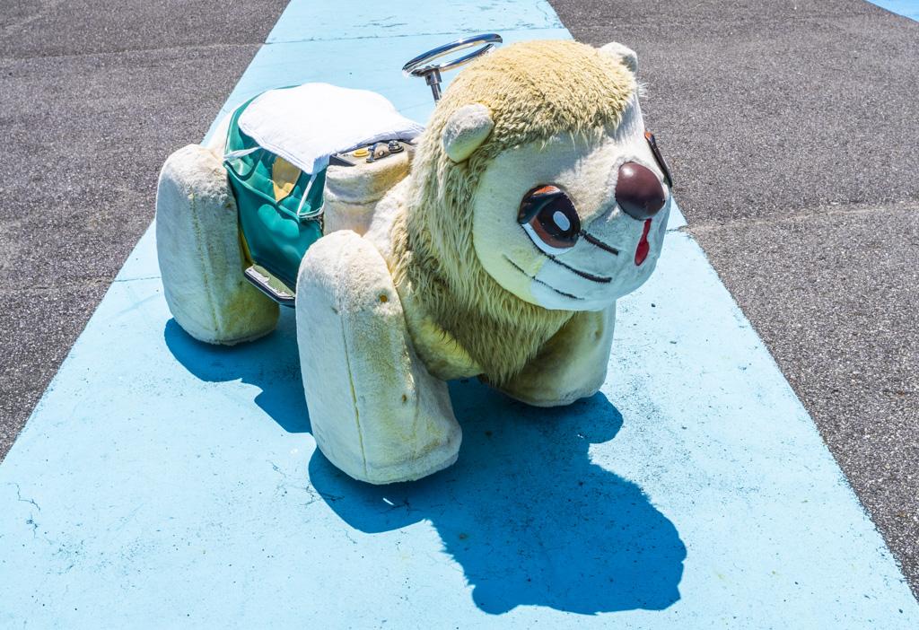 子どもを乗せる動物の乗り物。ライオンか?