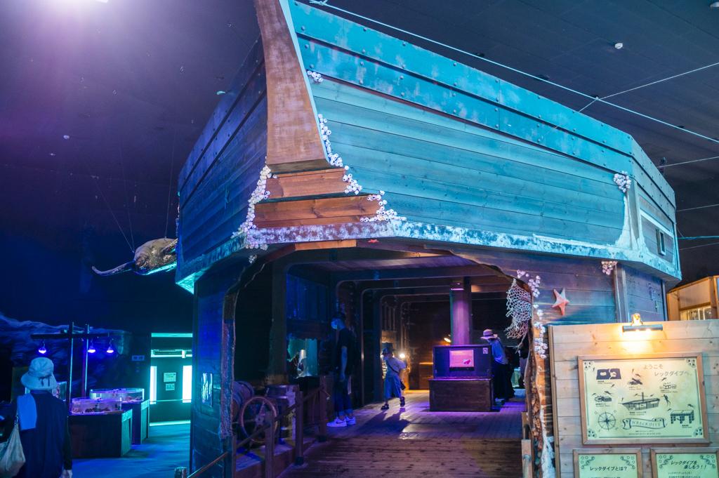 海洋館の入口。船を模している