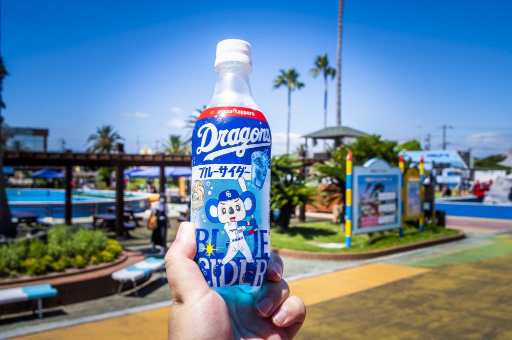 中の自販機で買ったドアラがトレードマークのブルーサイダーペットボトル
