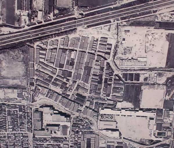 昭和40年代前半(1960年代後半) 埋立地(空港敷地)には長屋(バラック)が密集するように造られ、朝鮮人らの集落ができた!この集落は地元では「部落集落」と呼ばれた。