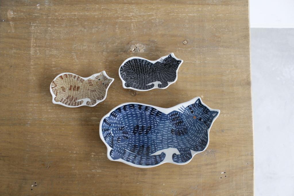 印判手大皿・豆皿 下 青猫(大皿) 左上 トラ猫 / 右上 黒猫(豆皿)