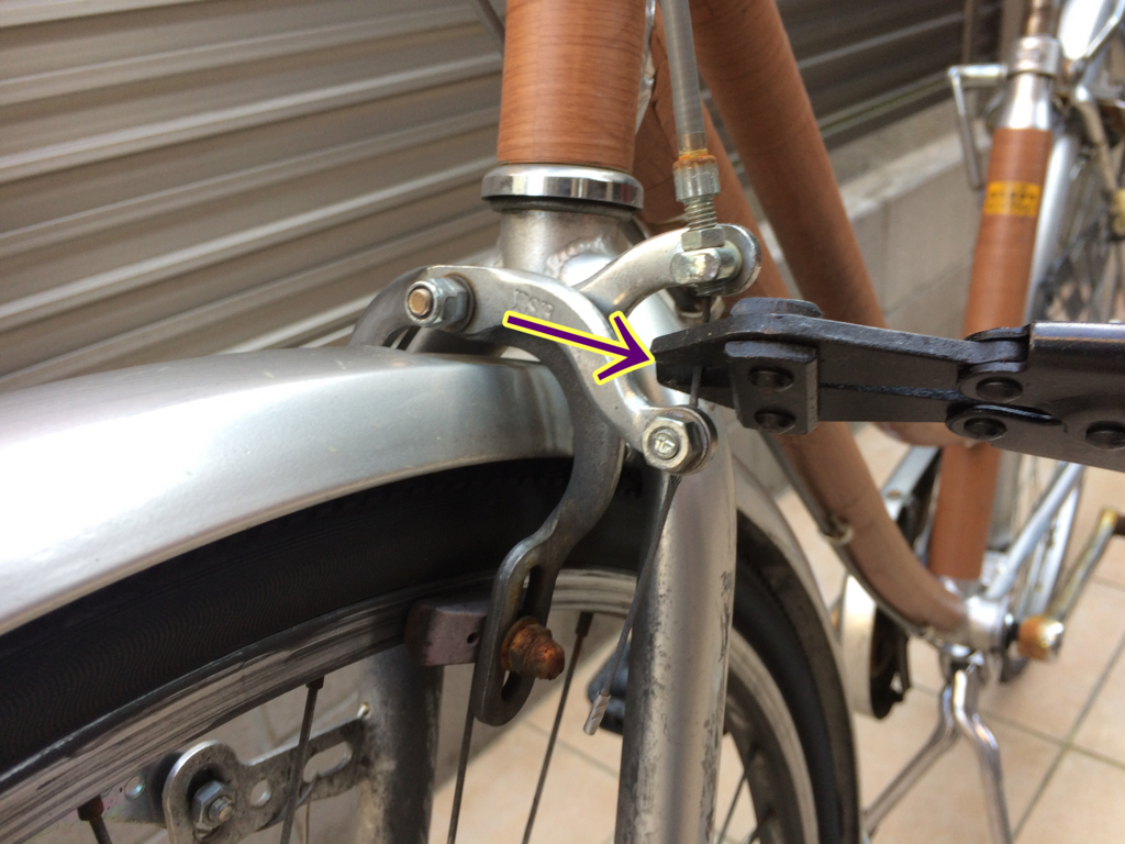 自転車の前ブレーキの交換のために、今のワイヤーを切断