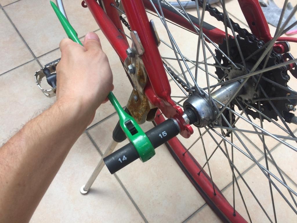 自転車がパンクしたので、輪業用ラチェットで後輪を外す外し方