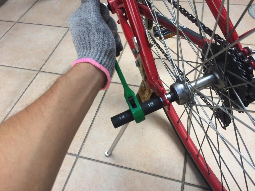 輪業用ラチェットで自転車後輪を装着