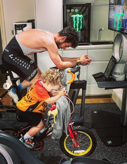 息子と室内トレーニングをするカヴェンディッシュ