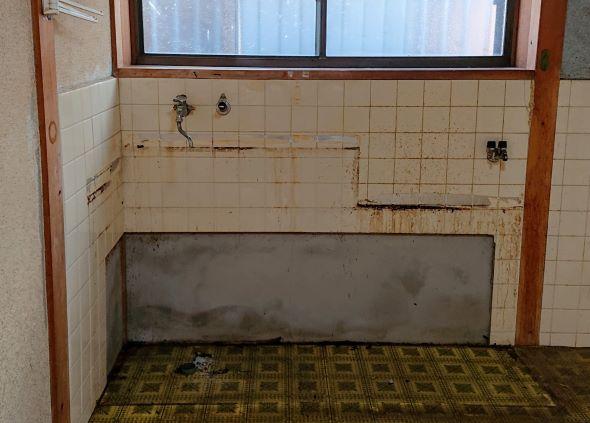 油汚れとアルミテープがこべりついた台所